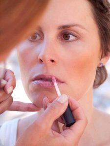 Schnelles Tages-Make-up für unterwegs - Lipgloss auftragen 1