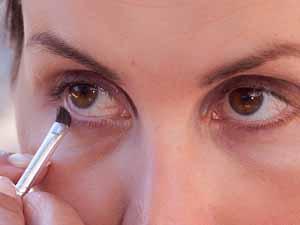 Große Augen schminken - Unteren Wimpernrand betonen