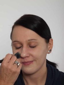 Smokey Eyes zu Weihnachten oder Silvester schminken – Foundation 1