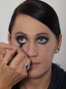 Smokey Eyes zu Weihnachten oder Silvester schminken – Kajalstrich inneres Augenlid 1