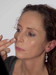 Als zauberhafte Fee für Karneval schminken - Grundierung