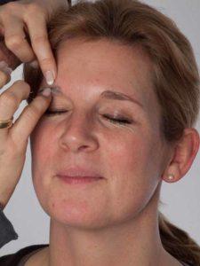 Katzenberger - schminken und Kostüm für Karneval selber machen - Augenbrauen abdecken 1