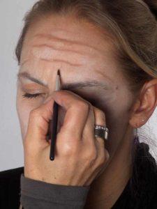 Als -alte Frau- für Karneval oder Mottoparty schminken - Stirnfalten