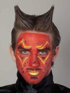Teufel - klassische Variante in rot schminken Fertig!