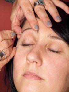 Dita von Teese - Make up Look schminken - Augenbrauen zupfen