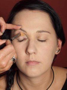 Dita von Teese - Make up Look schminken - Augenlider grundieren 1