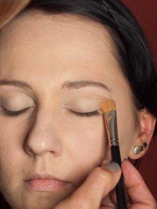 Dita von Teese - Make up Look schminken - Augenlider grundieren 2
