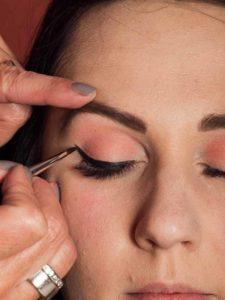Dita von Teese - Make up Look schminken - Lidstrich mit Eyeliner schminken 1