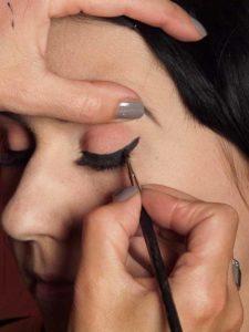 Dita von Teese - Make up Look schminken - Lidstrich mit eyeliner schminken 2