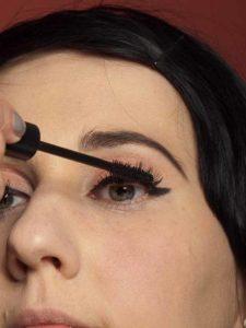 Dita von Teese - Make up Look schminken - Wimpern tuschen 1