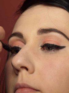 Dita von Teese - Make up Look schminken - Wimpern tuschen 2