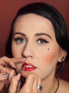 Dita von Teese - Make up Look schminken - Lippen schminken 2