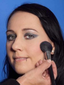 Cat Eyes Make up Look schminken - Rouge auftragen 1