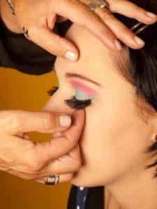 Katy Perry Make up Look schminken - Künstliche Wimpern 2