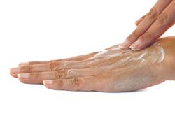 Handcreme einmassieren