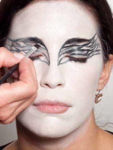 Black Swan Look & Kostüm - Augen Make up schwarz ausmalen 1