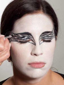 Black Swan Look & Kostüm - Augen make up schwarz ausmalen 2