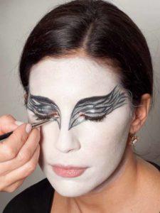 Black Swan Look & Kostüm - Augen make up silber ausmalen 1