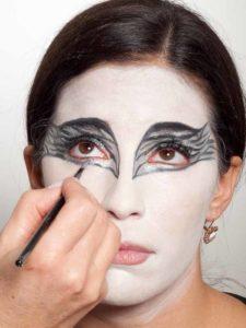 Black Swan Look & Kostüm - Augen Make up silber ausmalen 2