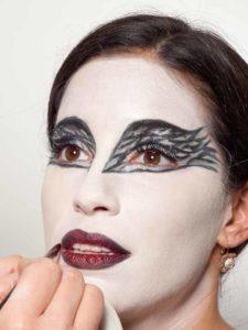 Black Swan Look & Kostüm - Lippen ausmalen 1