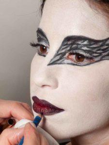 Black Swan Look & Kostüm - Lippen ausmalen 2