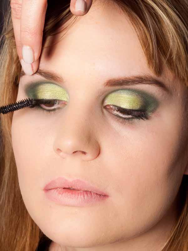 Grüner Lidschatten Look für alle Gelegenheiten - Wimpern tuschen 1