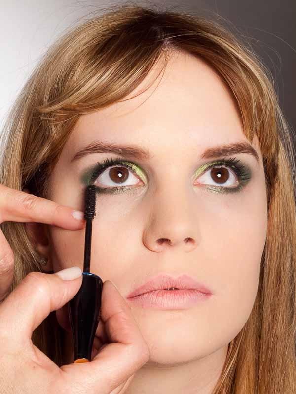 Grüner Lidschatten Look für alle Gelegenheiten - Wimpern tuschen 2