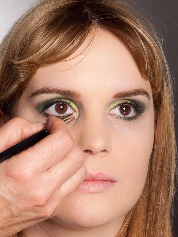 Grüner Lidschatten Look für alle Gelegenheiten - Innerer Augenwinkel