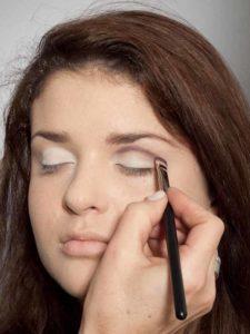 Adele Make up Look - Dunkler Lidschatten in Lidfalte 1