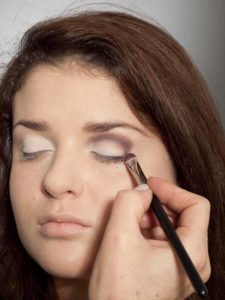 Adele Make up Look - Dunkler Lidschatten in Lidfalte 2