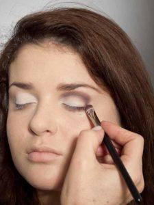 Adele Make up Look - Dunkler Lidschatten in Lidfalte 2