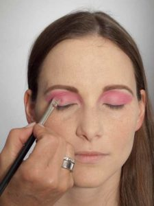 Pink Lady Make up Look – Lidschatten in Pink auftragen 2
