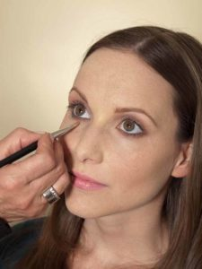 Business Make up Look - Concealer auftragen 2