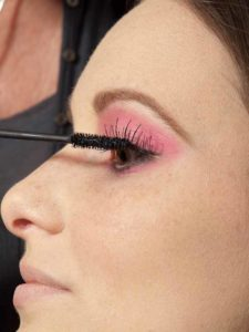 Pink Lady Make up Look – Wimpern tuschen 1
