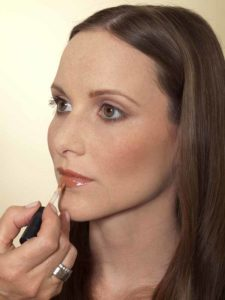 Business Make up Look - Lipgloss auftragen 2
