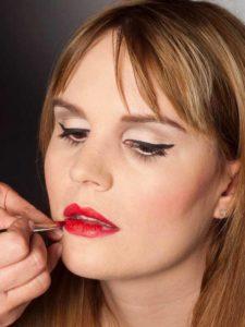Glamouröser Lidstrich für den Abiball - rote Lippen 2