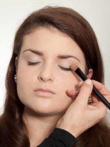 Make up für einen natürlichen Look - Lidschatten auftragen 1
