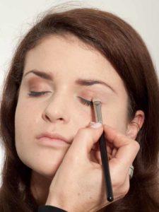 Make up für einen natürlichen Look - Lidschatten auftragen 2