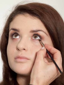 Make up für einen natürlichen Look - Unteren Wimpernrand betonen 2