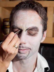 Fratze für Halloween schminken- Grundierung