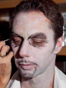 Fratze für Halloween schminken- Augenfalten