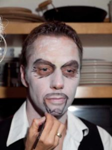 Fratze für Halloween schminken- Fratze schminken 1