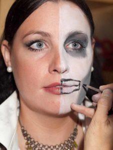 Two Faces Maske schminken - halben Mund aufmalen 1