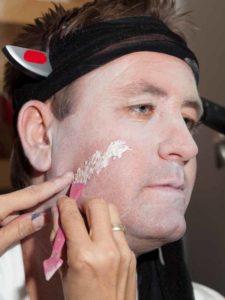 Zu Halloween als Opfer schminken - Plastikpaste verarbeiten 2
