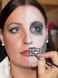 Two Faces Maske schminken - halben Mund aufmalen 2
