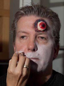 Zombie Maske mit Applikation schminken - weiße Grundierung