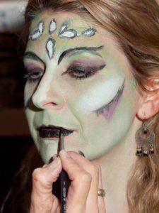 Weiblicher Vampir mit Ornamenten - Lippen schminken