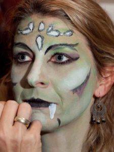 Weiblicher Vampir mit Ornamenten - Zähne schminken