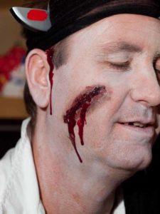 Zu Halloween als Opfer schminken - Kunstblut einsetzen