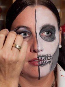 Two Faces Maske schminken - Augen Make up schöne Hälfte